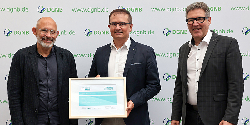 Winners of the German Green Solutions Awards 2020-2021 (left to right): Bernd Liebel (Liebel Architekten BDA), Wolfgang Steidle (Mayor of Aalen), Johannes Kreissig (Chief Executive Officer, DGNB)