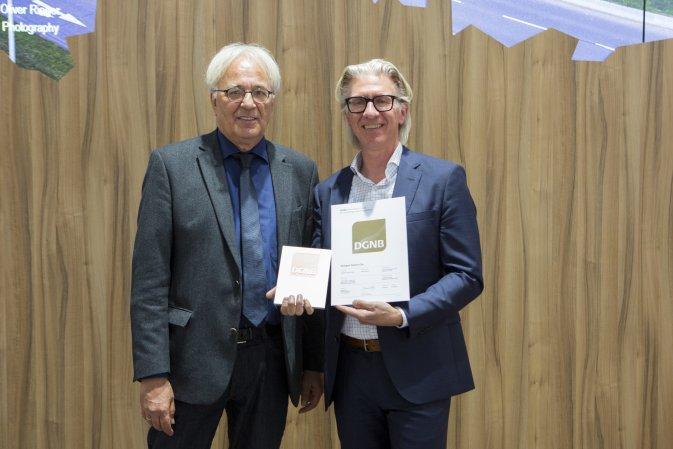 Prof. Alexander Rudolphi (DGNB Präsident) und Ralf Lassau (Flughafen Stuttgart GmbH) bei der DGNB Zertifikatsverleihung für den Skyport auf der Expo Real in München