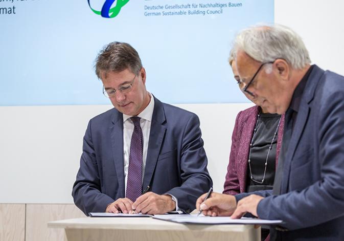 Unterzeichnung der gemeinsamen Erklärung von Gunther Adler, Staatssekretär im BMI, und DGNB Präsident Prof. Alexander Rudolphi