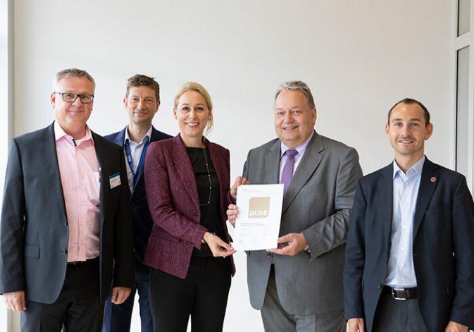 BBG-Geschäftsführer Rainer Ganske nimmt das DGNB Basiszertifikat von DGNB-Vorstand Dr. Christine Lemaitre entgegen
