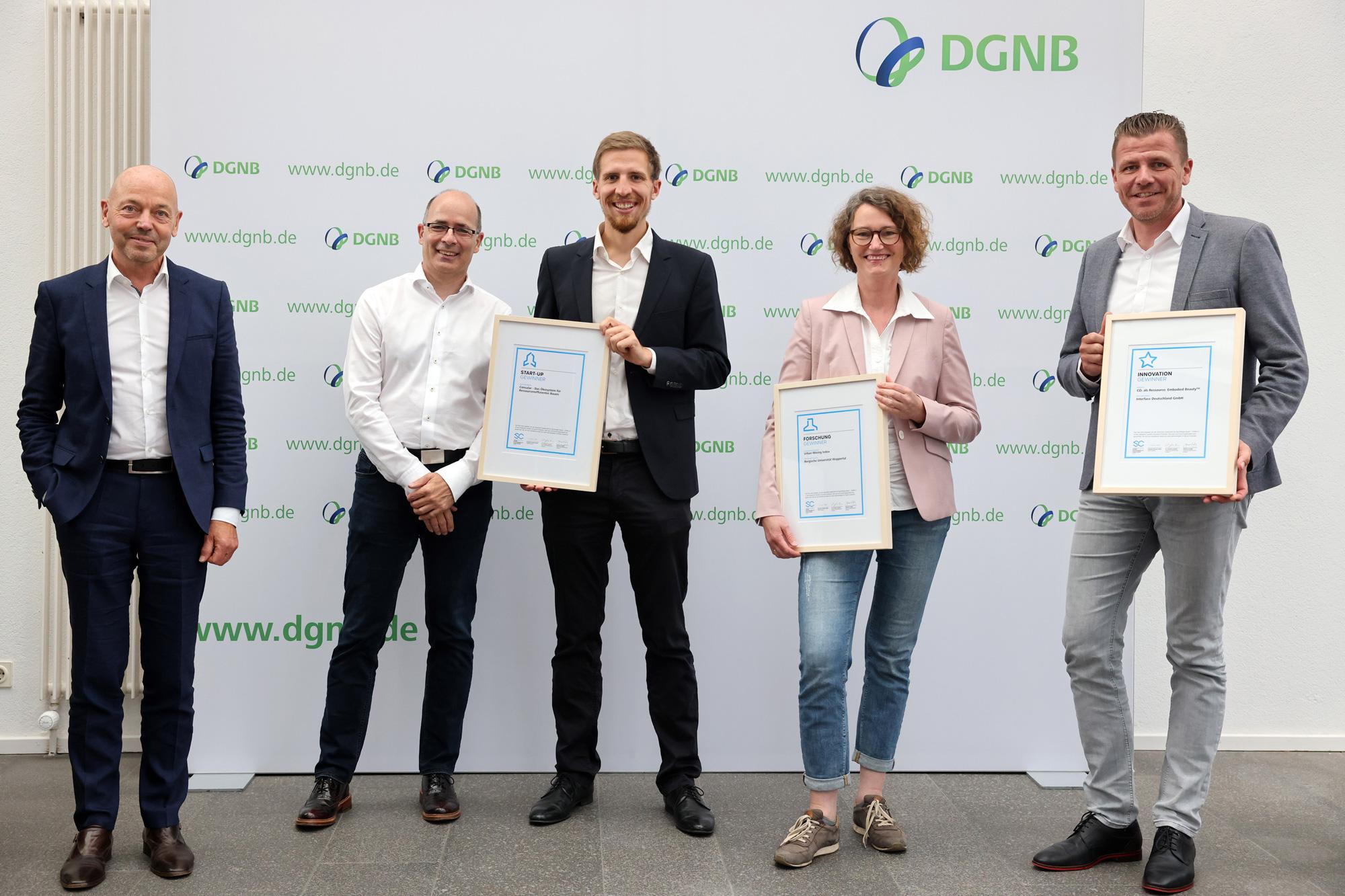 Amandus Samsoe Sattler zusammen mit den Gewinnern der DGNB Sustainability Challenge 2021