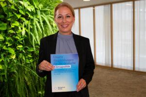 DGNB Vorstand Dr. Christine Lemaitre mit dem Gutachten des Bürgerrats Klima